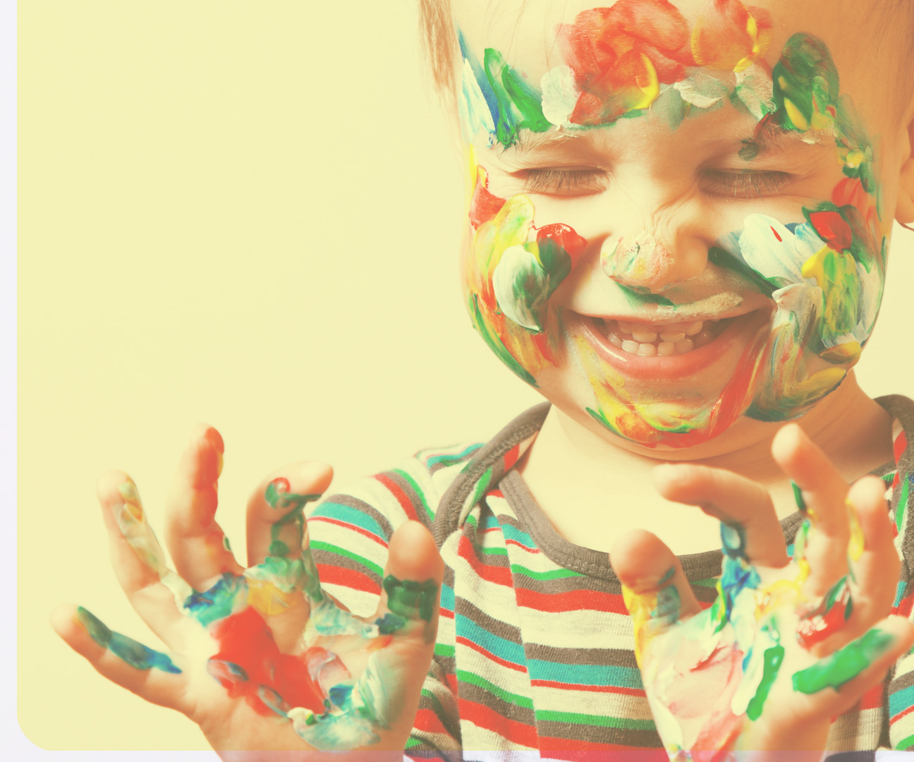 Baner przedstawiający szczęśliwe dziecko pomazane farbami