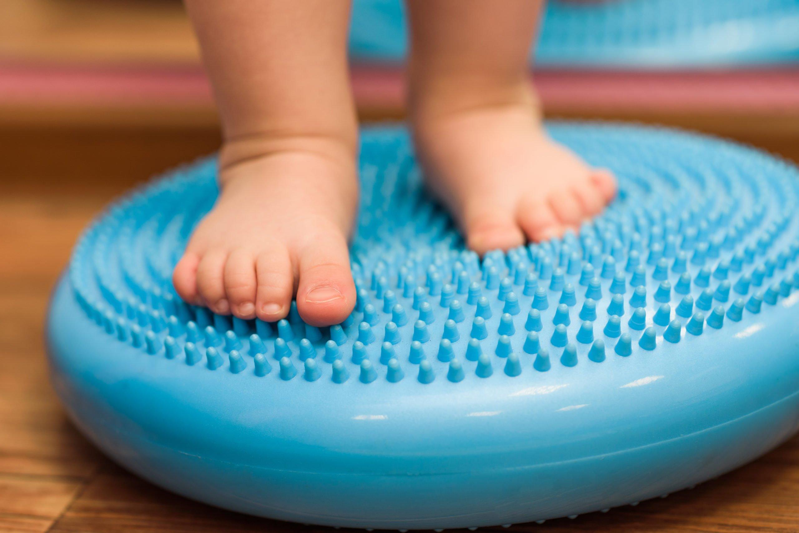 Grafika przedstawiająca stopy dziecka na gumowym narzędziu