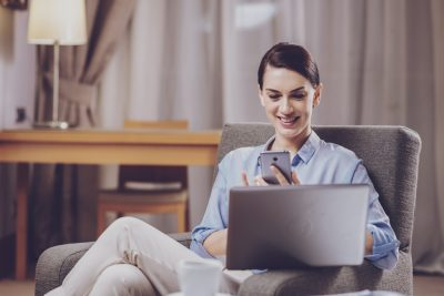 Grafika pokazująca kobietę przy telefonie i smartfonie